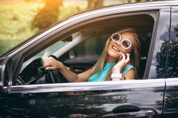 Donna che guida in auto