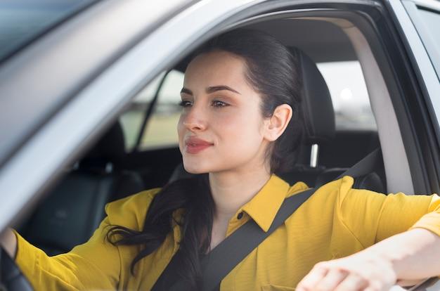 Donna che guida in una giornata di sole
