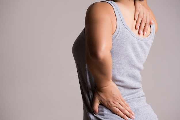 Donna che ha dolore nella schiena ferita. concetto di assistenza sanitaria e mal di schiena.