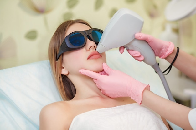Donna che ha laser per depilazione facciale