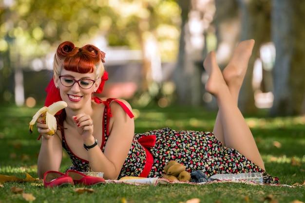 Donna che ha un picnic nel parco.
