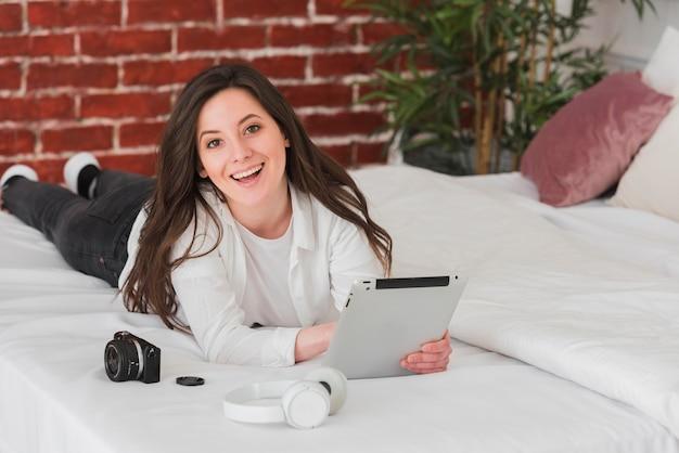 Donna che impara corsi online di fotografia digitale
