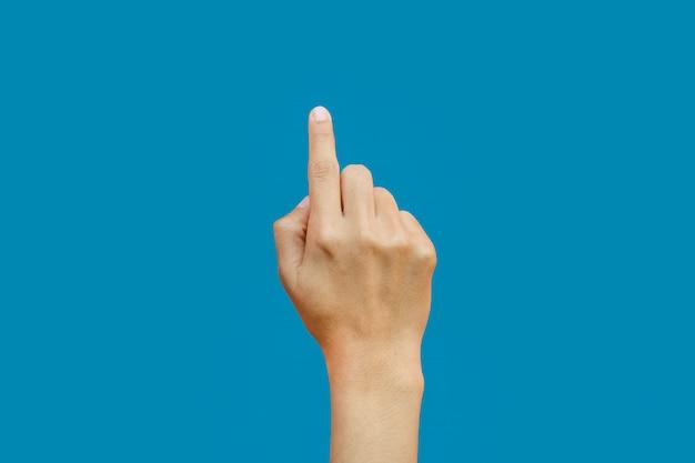 Donna che indica mano o schermo commovente isolato sul blu