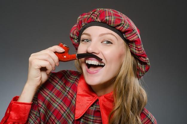 Donna che indossa abiti tradizionali scozzesi