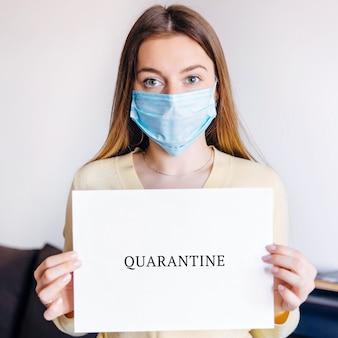 Donna che indossa carta di attesa medica con la parola