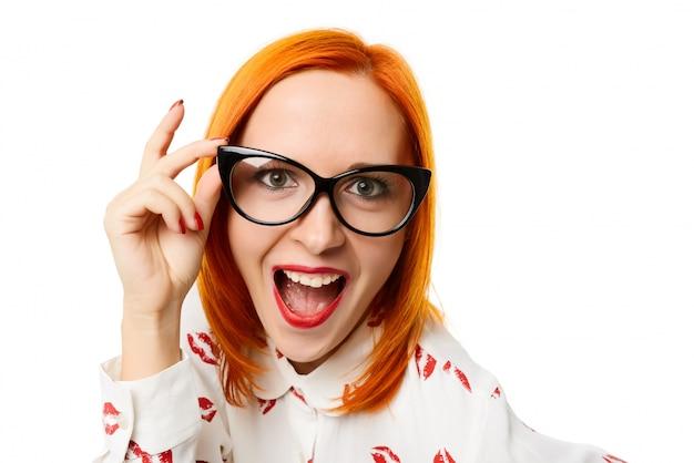 Donna che indossa i bicchieri di cateye