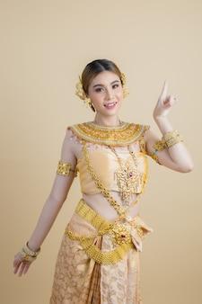 Donna che indossa il tipico abito thailandese