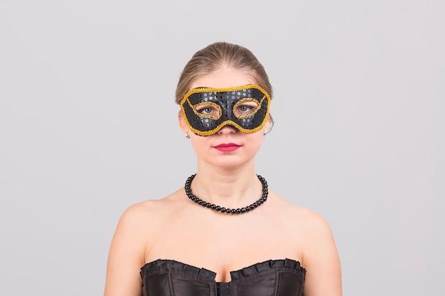 Donna che indossa la maschera di carnevale