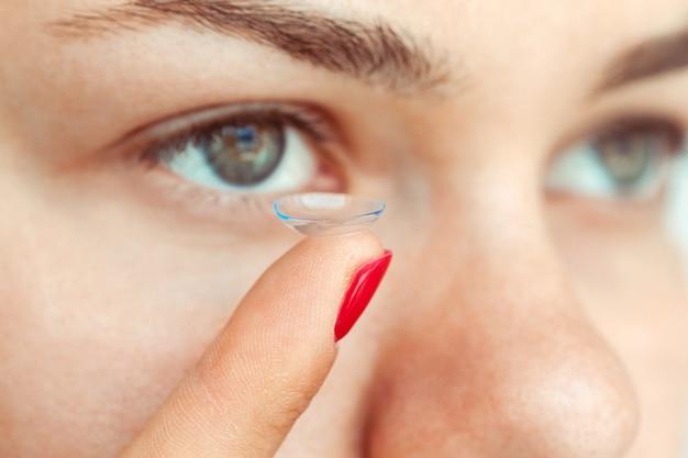 Donna che indossa le lenti a contatto
