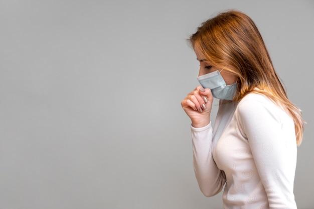 Donna che indossa lo spazio chirurgico della copia della maschera di protezione
