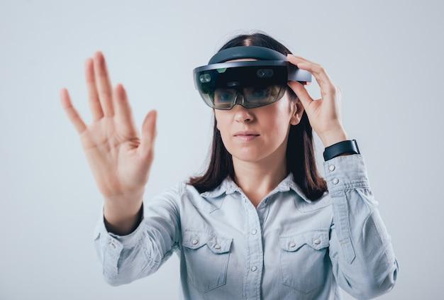 Donna che indossa occhiali di realtà aumentata.