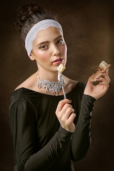 Donna che indossa scollo a barchetta e camicia a maniche lunghe mangiare