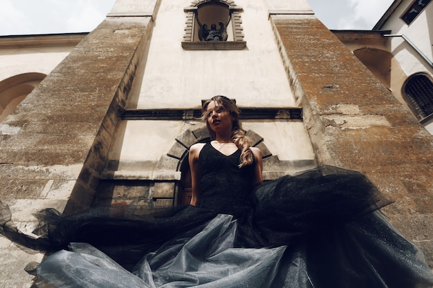 Donna che indossa un abito nero