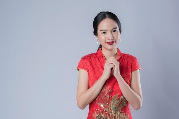 Donna che indossa un abito rosso cinese