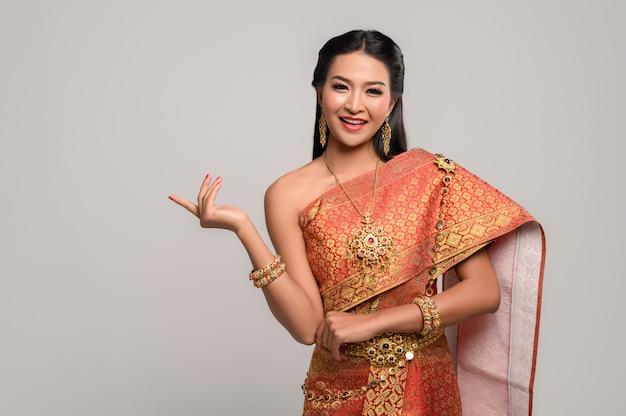 Donna che indossa un abito thailandese che ha fatto un simbolo della mano
