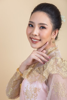 Donna che indossa un antico abito thailandese