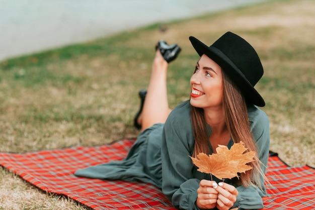 Donna che indossa un cappello mentre si sta su una coperta