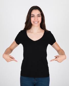Donna che indossa una camicetta nera