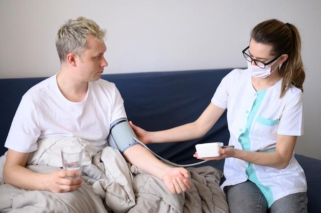 Donna che indossa una maschera che controlla con il suo paziente