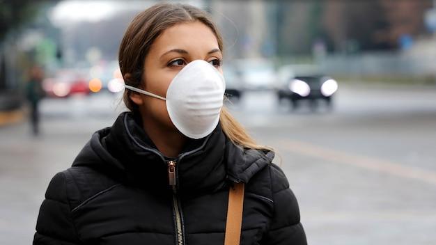 Donna che indossa una maschera protettiva per la diffusione del virus dell'influenza, protezione contro i virus dell'influenza e malattie