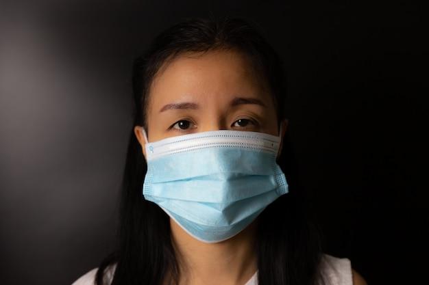 Donna che indossa una maschera protettiva