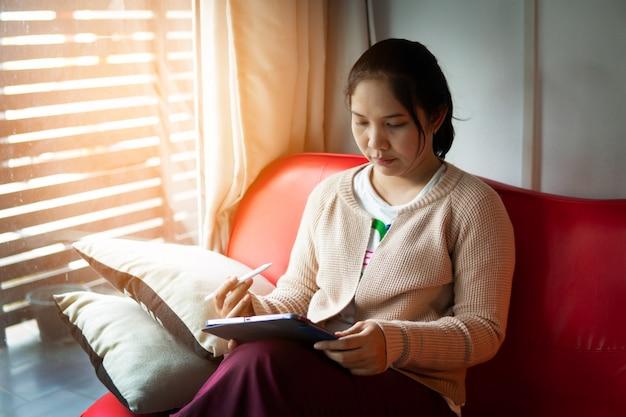 Donna che lavora a casa per prevenire lo scoppio del virus e bloccare il distanziamento sociale, il fuoco selettivo e morbido.