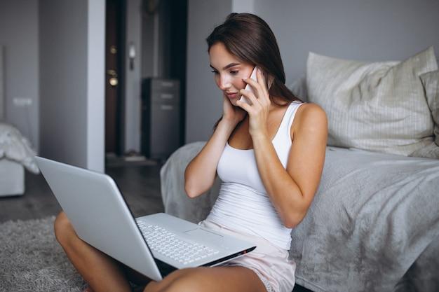 Donna che lavora a casa su un computer