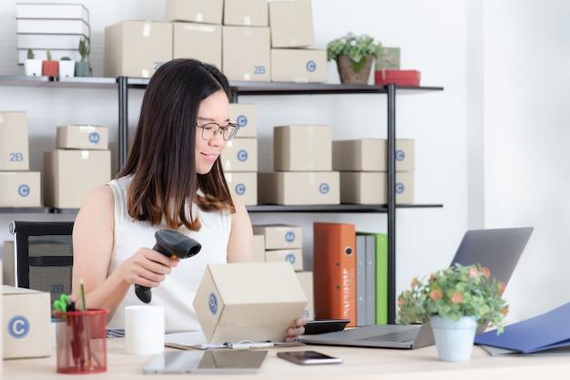 Donna che lavora business online da casa.