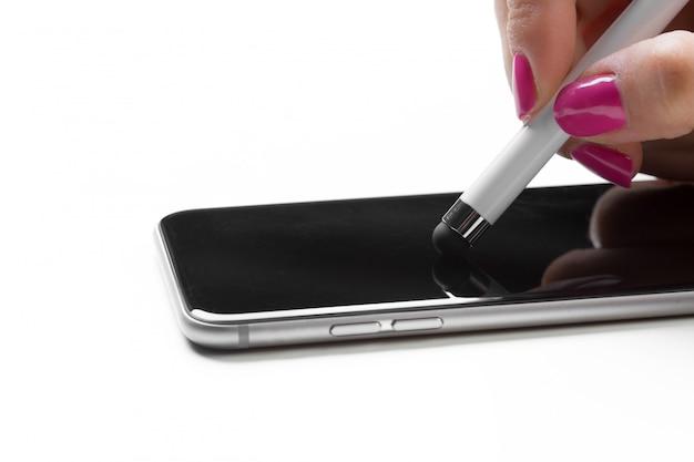 Donna che lavora con la penna sul telefono cellulare intelligente