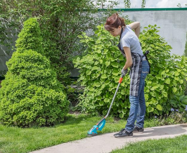 Donna che lavora in giardino in una giornata di sole