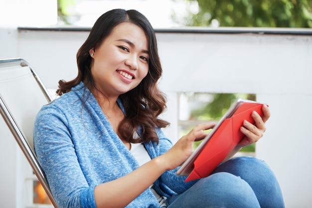 Donna che lavora su tablet