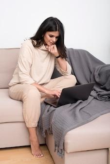 Donna che lavora sul divano