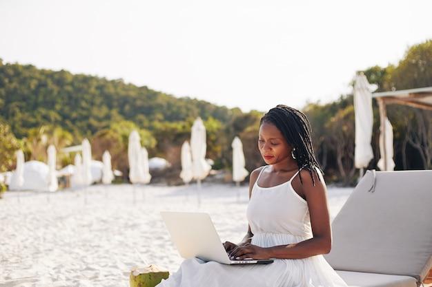 Donna che lavora sull'isola tropicale