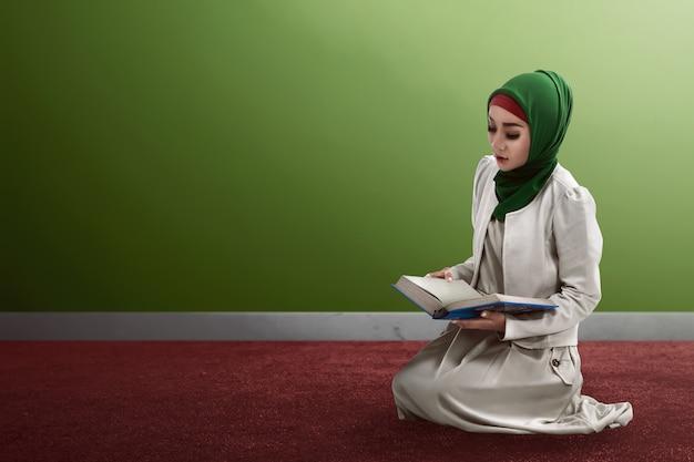 Donna che legge il corano