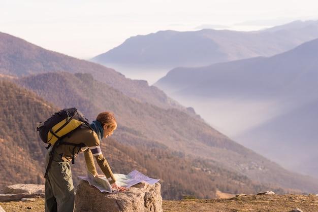 Donna che legge la mappa trekking