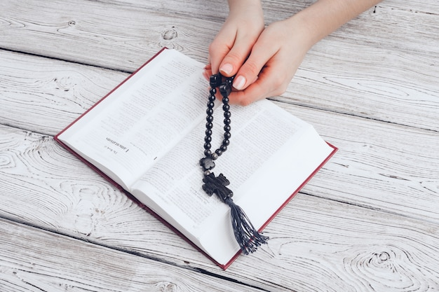 Donna che legge la sacra bibbia