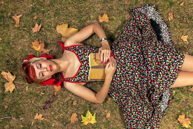 Donna che legge nel parco.
