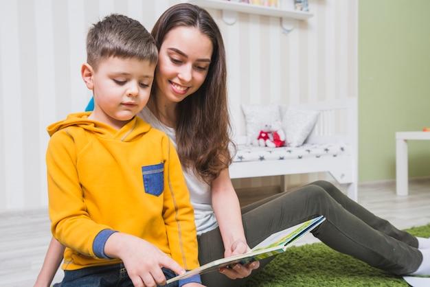 Donna che legge storie con ragazzo