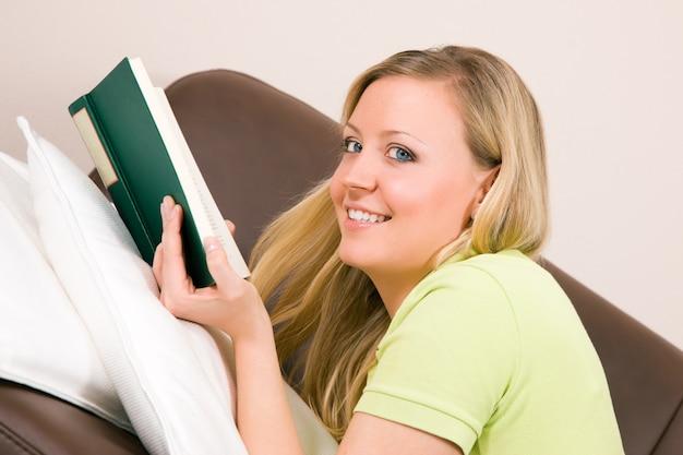 Donna che legge sul divano