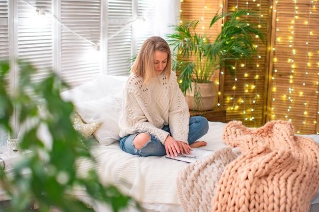 Donna che legge un libro sul letto