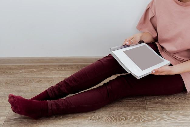 Donna che legge una rivista