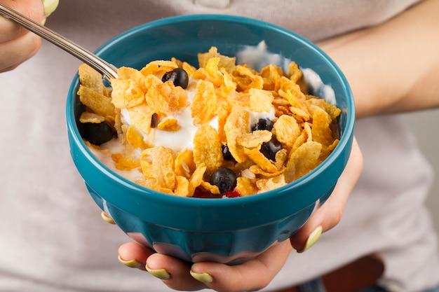 Donna che mangia cereali