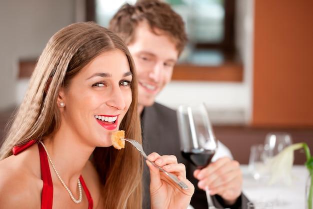 Donna che mangia cibo nel ristorante