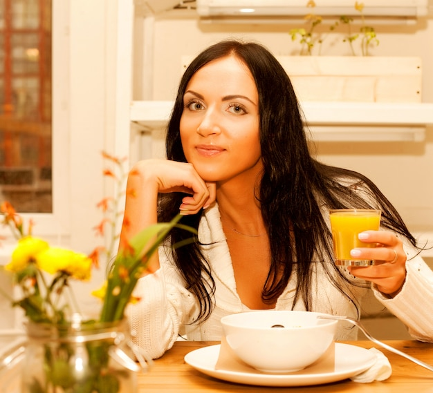 Donna che mangia insalata a casa