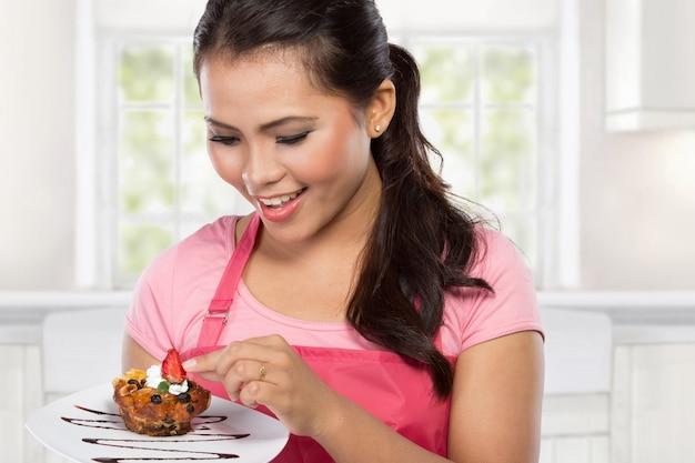 Donna che mangia la torta al cioccolato