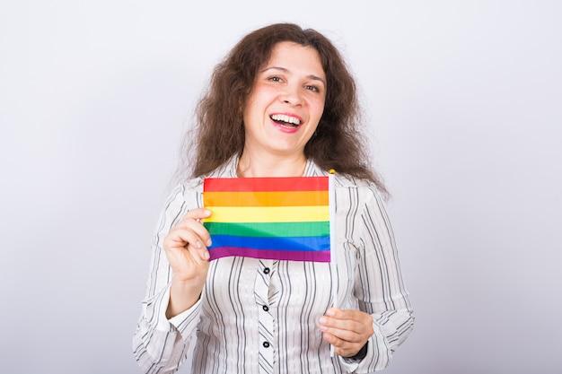 Donna che mantiene la bandiera arcobaleno nelle sue mani