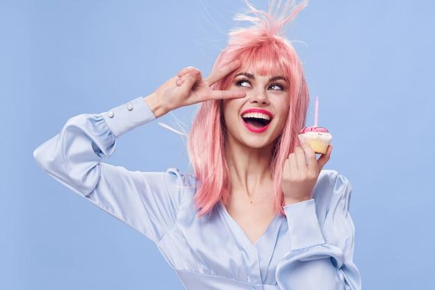 Donna che mantiene la torta dolci divertimento godimento