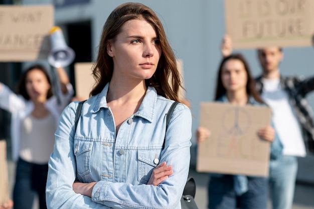 Donna che marcia per la pace con attivisti
