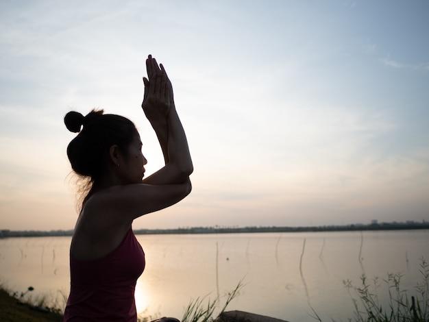 Donna che medita porta fatta con filtro vintage