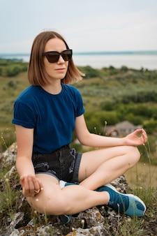 Donna che medita rilassante da solo.
